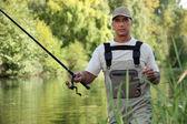 Uomo di pesca in fiume — Foto Stock
