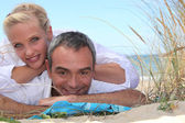 Couple relaxing at the seaside — Stock Photo