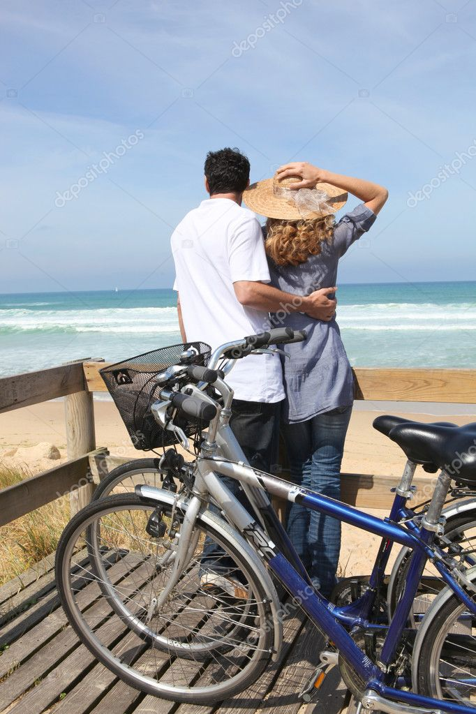 Couple with bikes by the sea — Stock Photo #8063576