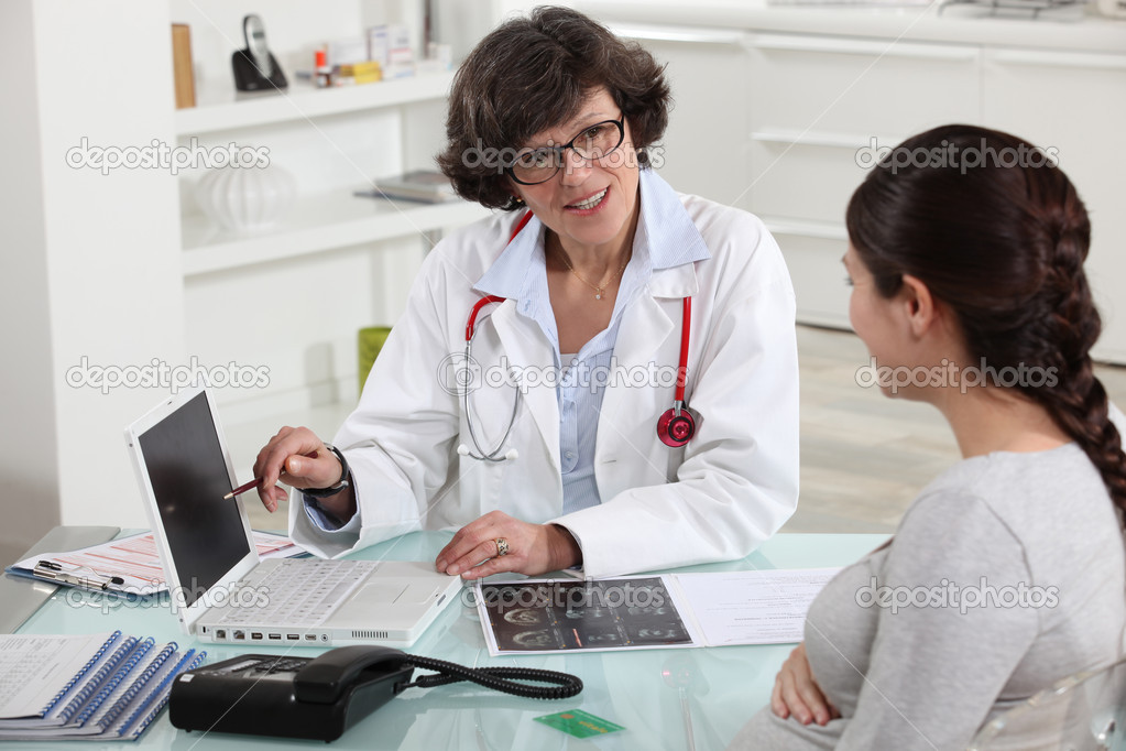 Doctor discussing a patient's results with her — Stock fotografie #8064664