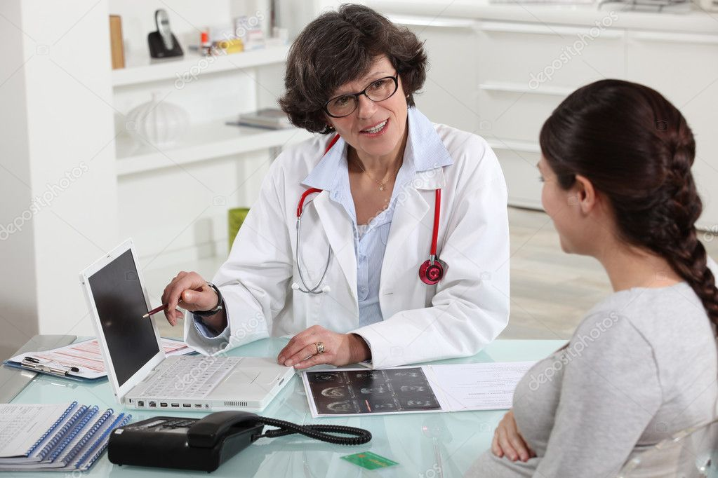 Doctor discussing a patient's results with her — Stockfoto #8064664