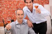 男性たちは乾杯のグラスを上げる — ストック写真
