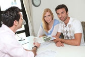 Agent shows home buyers — Stockfoto