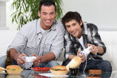Father and son playing video game — Stockfoto