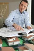 Een architect wijzend naar een blauwdruk — Stockfoto