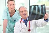 Medicinska teamet tittar på röntgen — Stockfoto