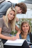 Tonåringar i skolan — Stockfoto