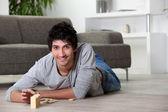 Muž s domino doma — Stockfoto