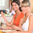 Two female housemates eating at home — Stockfoto