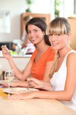 Two female housemates eating at home — Stock Photo