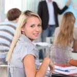 Coğrafya dersine oturan kız öğrenci — Stok fotoğraf
