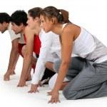 quatre athlètes de prêts pour une course — Photo