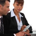 donna, prendere appunti, come un uomo d'affari usa un computer — Foto Stock