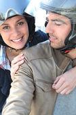 Casal sorridente, tendo um passeio de bicicleta — Foto Stock