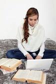 Portrét ženské student pracuje na posteli — Stock fotografie