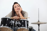 Frau saß hinter trommel-kit — Stockfoto