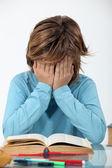 Kleine jongen moe van het lezen — Stockfoto