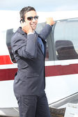 Alegre, apoiando-se em um avião do empresário — Foto Stock