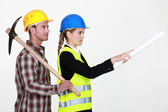 Construction worker standing next to a civil engineer — Stock Photo