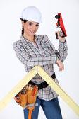 Vrouw met behulp van houten vliegtuig — Stockfoto