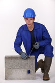 Bricklayer in blue overalls — 图库照片