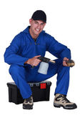 Homem sentado em uma caixa de ferramentas com um maçarico — Foto Stock