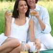 A couple having a picnic — Stock Photo