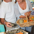 Foto Stock: Couple buying oysters