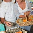 Couple buying oysters — Stock Photo
