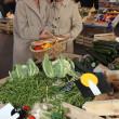 dos mujeres en el mercado local — Foto de Stock