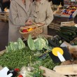 twee vrouwen op lokale markt — Stockfoto