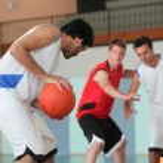 Basketball player dribbling — Stock Photo