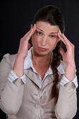 Uma mulher de negócios com uma dor de cabeça. — Fotografia Stock
