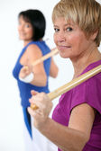 Two women in gym class — Stock Photo