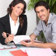 Man signing contract — Stockfoto