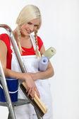 Brutale jonge vrouwelijke decorateur met haar haren in spikkels — Stockfoto
