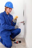 Female electrician using a voltmeter — Stock Photo