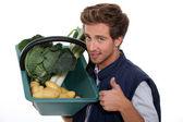 Porträtt av en trädgårdsmästare med grönsaker — Stockfoto