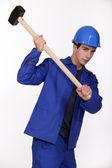 Trabalhador da construção civil usando uma marreta — Foto Stock