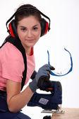 Mulher usando serra — Foto Stock
