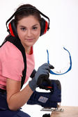 女性バンド鋸を使用して — ストック写真