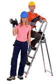 Couple de travailleurs avec perceuses électriques — Photo