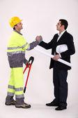 Biznesmen i drżenie rąk rzemieślnika — Zdjęcie stockowe