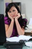 Znuděná sekretářka u svého psacího stolu — Stock fotografie