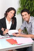 Man ondertekening contract — Stockfoto
