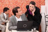 Colegas de trabalho assistindo computador portátil — Foto Stock