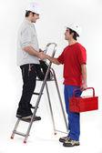 Dois trabalhadores cumprimentando uns aos outros com um aperto de mão — Foto Stock