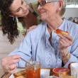 A woman cooked a breakfast for her mother — Stock Photo
