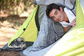 Ung man camping — Stockfoto