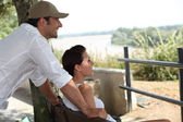 Paret sitter på en bänk — Stockfoto